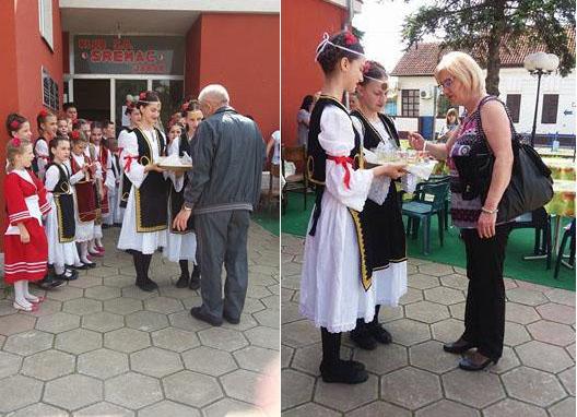 Kako nalažu srpski običaji, gosti su dočekani sa pogačom i solju.